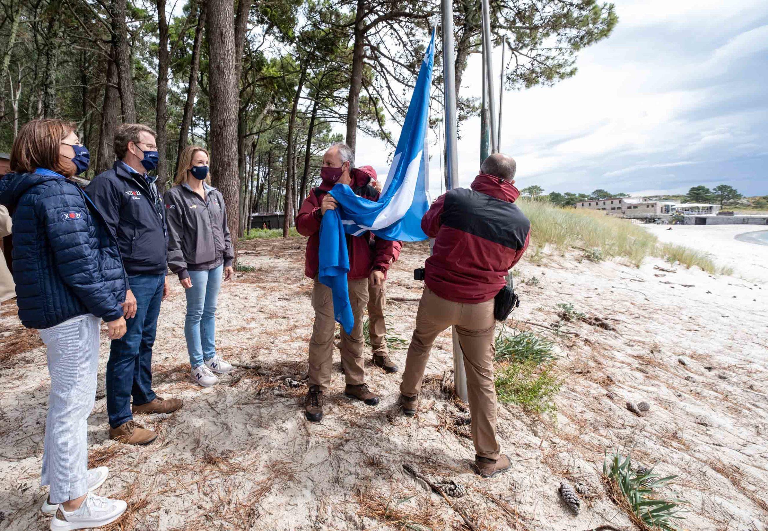 Las banderas azules ya ondean en los arenales gallegos