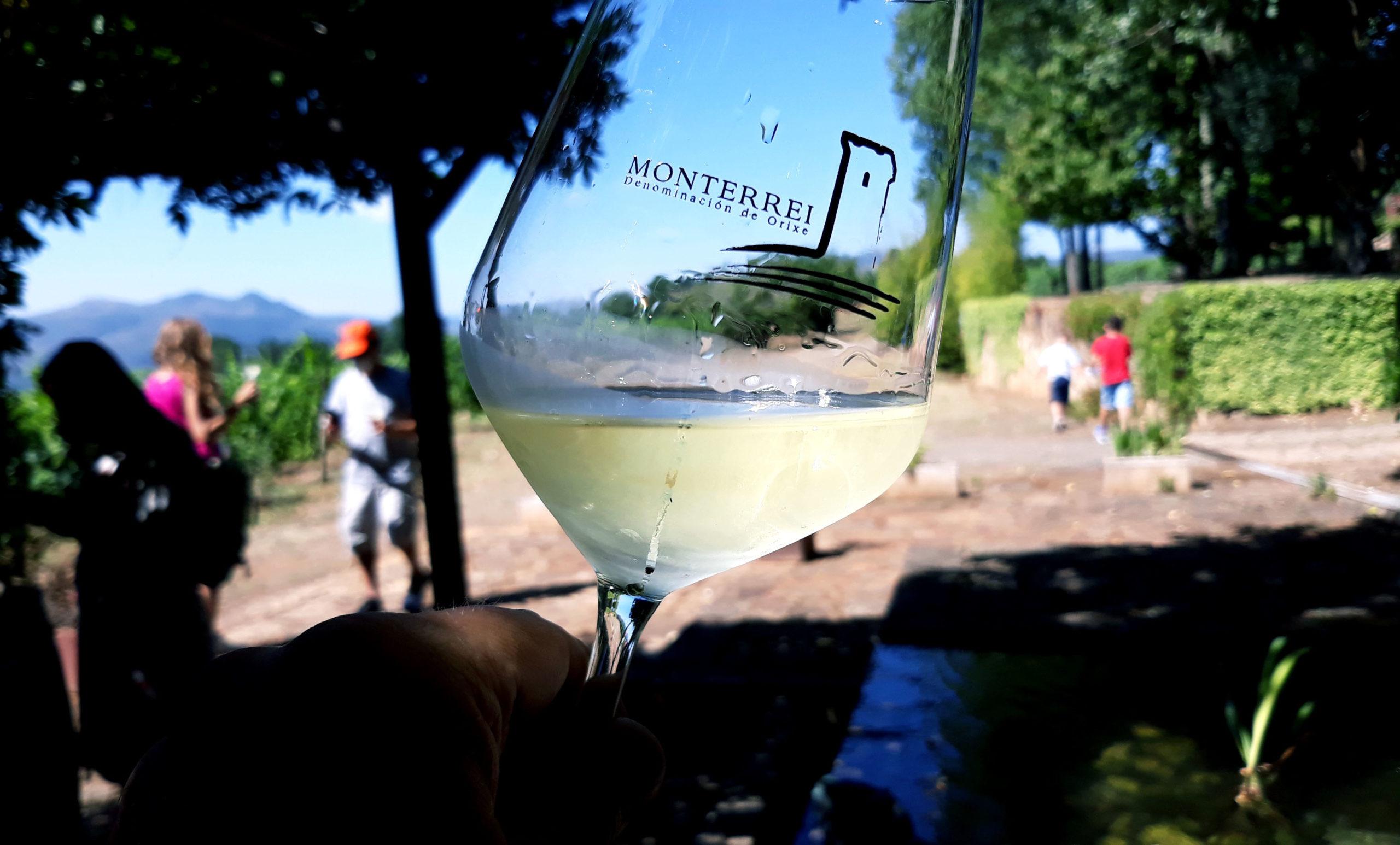 Patrimonio, paisajes y buen vino en la Ruta de Monterrei del Tren Turístico